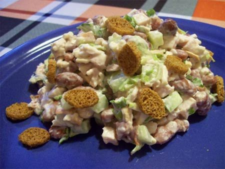 Салат из фасоли с сухариками и кукурузой и грибами 5