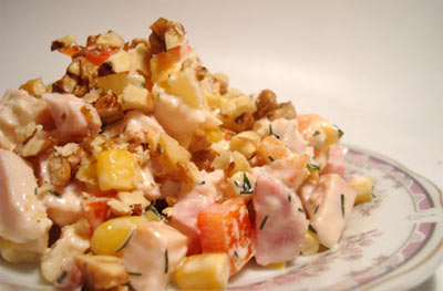 Чесночный салат с ананасами консервированными