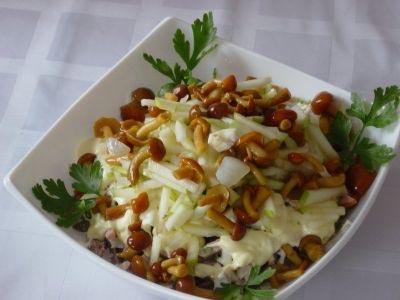 Салат с опятами и черной редькой