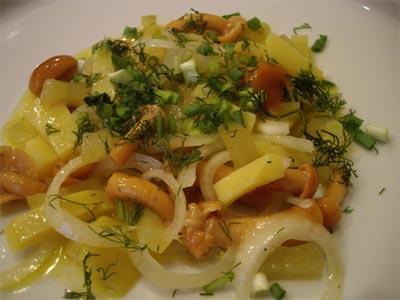 Картофельный салат с маринованными опятами