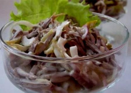 Салат с языком и грибами и курицей и ветчиной