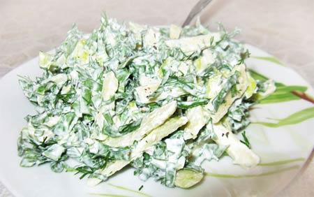 Сметанный салат с щавелем и яблоком