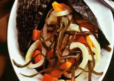 Салат из ламинарии и дальневосточных кальмаров