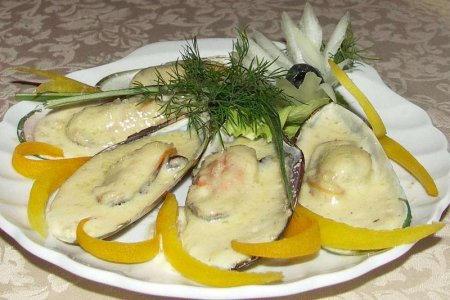 Запеченные мидии с вкусным сырным соусом