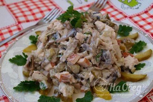 Салат с шампиньонами и копченой курицей и ананасами